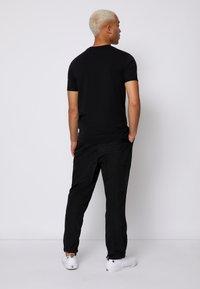 Calvin Klein Jeans - MONOGRAM ROLL CUFF TEE - T-shirts med print - black - 2