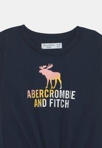 Abercrombie & Fitch - LOGO TIE FRONT - Triko spotiskem - navy - 2