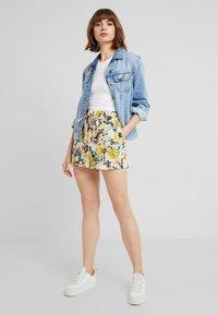 Vero Moda - MIAMI - Shorts - pristine - 1
