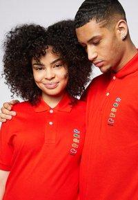 Lacoste - POLAROID UNISEX - Polo shirt - corrida - 6