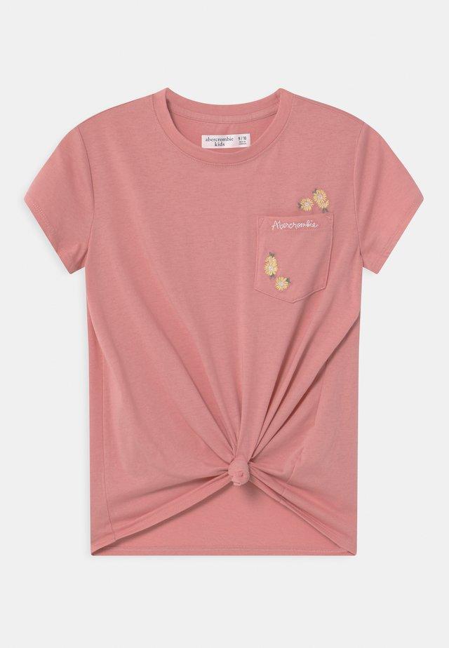KNOT FRONT POCKET - T-shirt med print - blush