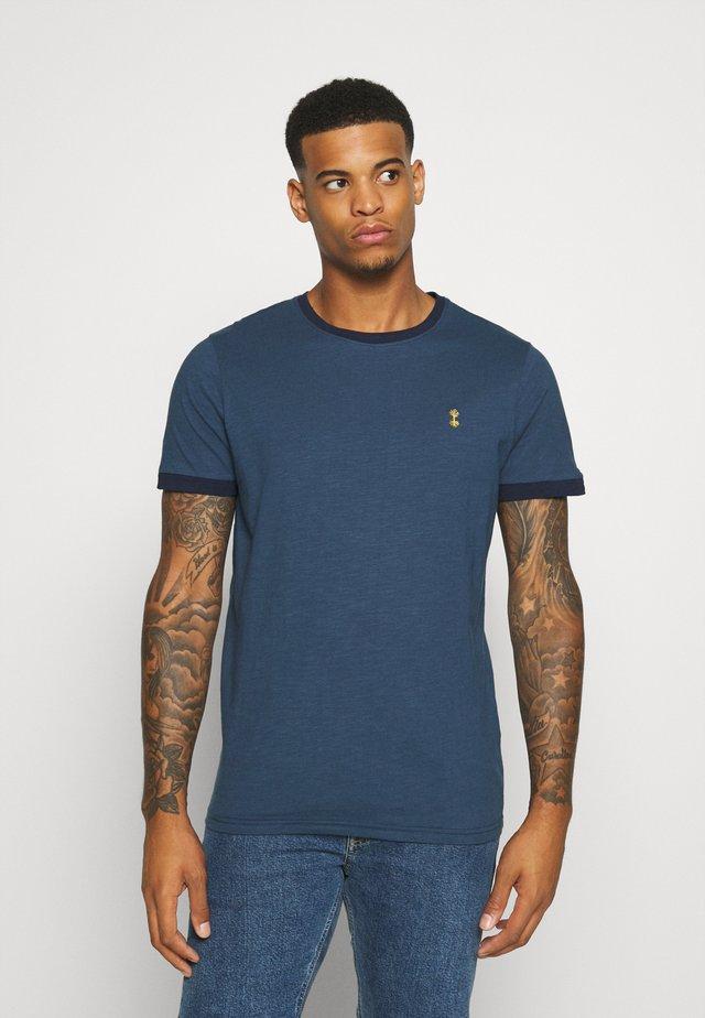 NECHAZ TEE - T-shirt z nadrukiem - ensign blue