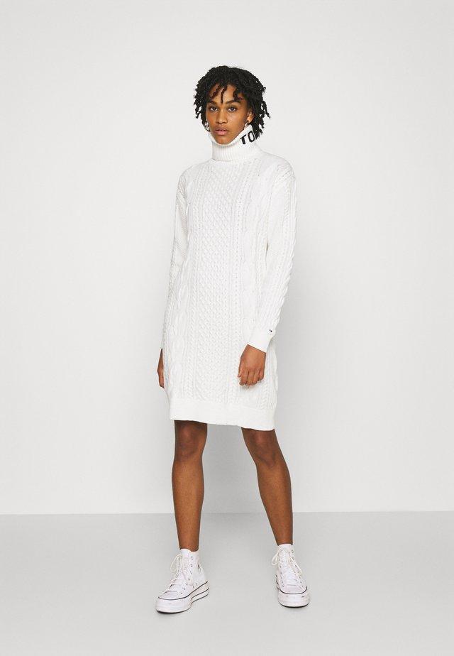 TURTLE NECK DRESS - Pletené šaty - snow white