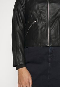 Vero Moda Curve - VMKHLOE   - Faux leather jacket - black - 6