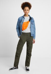 Carhartt WIP - CYMBAL PANT COLUMBIA - Trousers - cypress rinsed - 1