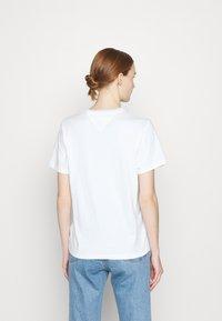 Tommy Jeans - RELAXED AMERICANA TEE - Camiseta estampada - white - 2