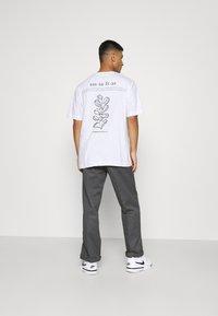 Only & Sons - ONSANDREW LIFE TEE - T-shirt med print - bright white - 2