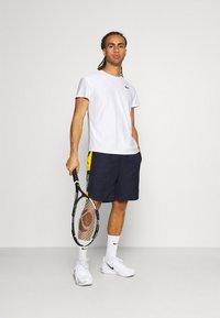 Lacoste Sport - TENNIS SHORT BLOCK - Urheilushortsit - navy blue/broom white - 1
