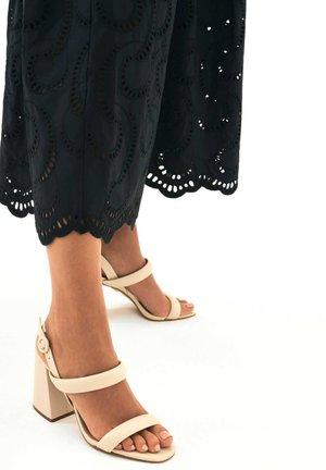 IRIE - Sandały na obcasie - beige