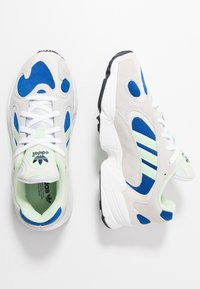 adidas Originals - YUNG-1 - Sneakers laag - footwear white/gloe green/collegiate royal - 2