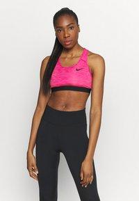 Nike Performance - BAND BRA NON PAD - Sport-BH mit mittlerer Stützkraft - fireberry/pure/black - 0