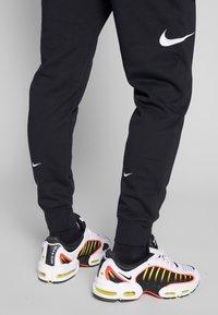 Nike Sportswear - M NSW PANT FT - Pantalon de survêtement - black/white - 4