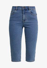 Vero Moda Petite - VMHOT SEVEN SLIT KNICKER - Denim shorts - medium blue denim - 4