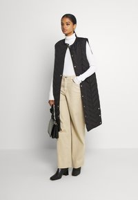 Pieces - PCFAWN LONG QUILTED VEST - Waistcoat - black - 1