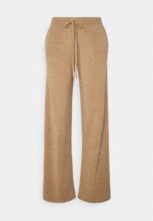 ESSENTIALS WIDE LEG PANT - Spodnie materiałowe - camel