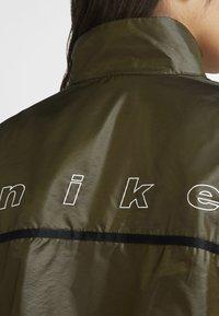 Nike Sportswear - ARCHIVE RMX - Veste de running - olive flak/tea tree mist/tea tree mist/white - 3