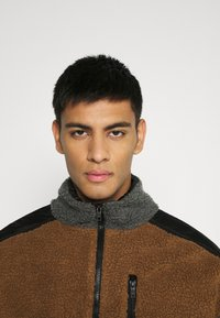 Mennace - HALF ZIP PANELLED - Let jakke / Sommerjakker - tan - 3