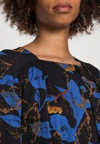 Thought - DEVERELL TIE FRONT DRESS - Denní šaty - black - 4