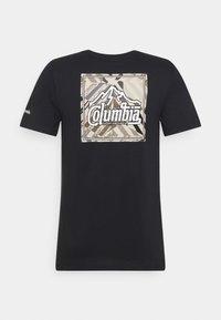 Columbia - RAPID RIDGE BACK GRAPHIC TEE II - T-shirt z nadrukiem - black summit seeker - 1