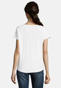 Betty & Co - Basic T-shirt - white - 2