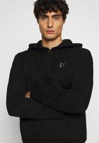 GAP - MICRO LOGO - Zip-up hoodie - true black - 3