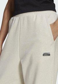 adidas Originals - R.Y.V. JOGGERS - Pantalones deportivos - white - 3