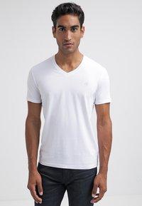 Marc O'Polo - SCOTT SHAPED FIT - Basic T-shirt - white - 0
