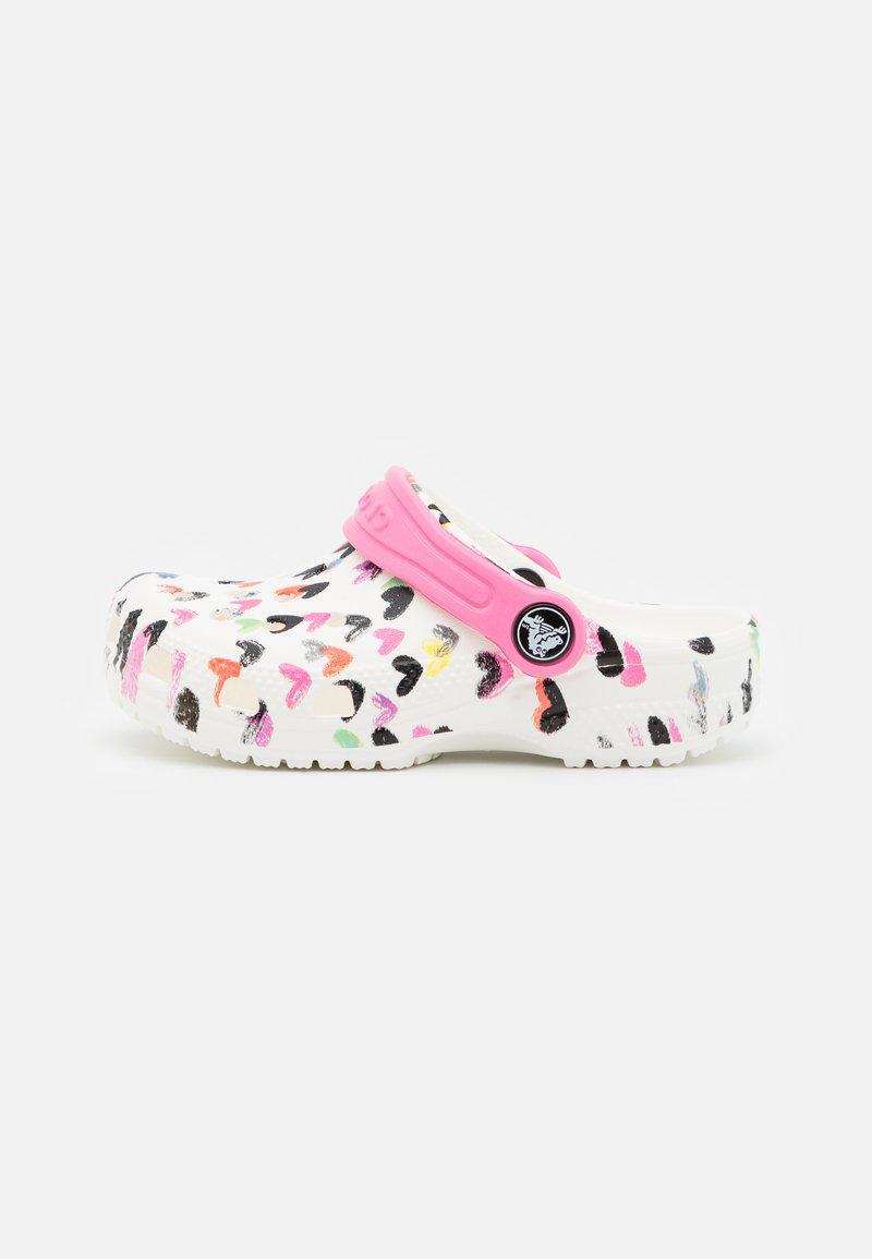 Crocs - CLASSIC HEART PRINT - Mules - white