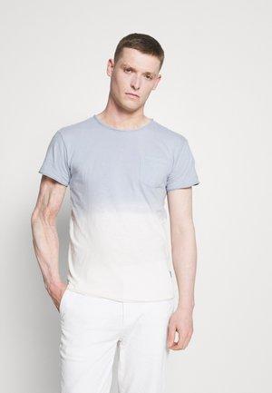 HESS - T-shirt med print - china blue