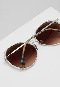Burberry - Sluneční brýle - silver-coloured/beige - 4