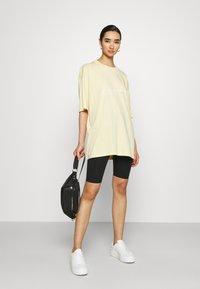 Monki - CISSI TEE - T-shirt med print - yellow light - 1
