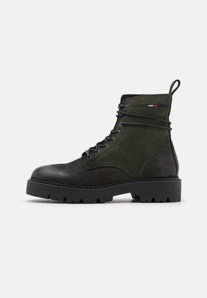 LACE UP BRUSHED BOOT - Stivaletti stringati - green/black
