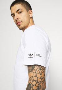 adidas Originals - THE SIMPSONS KRUSTY BURGER - Print T-shirt - white - 4