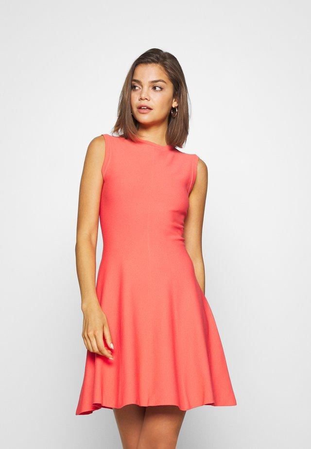 DRESS - Stickad klänning - solar