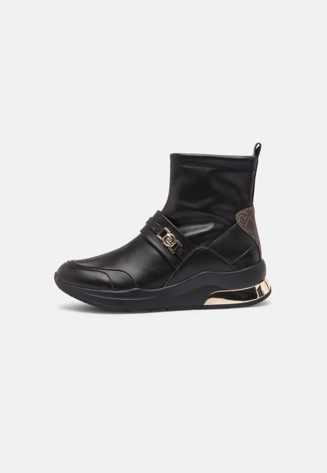 KARLIE  - Kotníkové boty na klínu - black