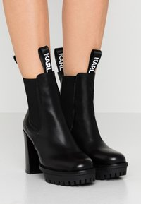 KARL LAGERFELD - VOYAGE GORE BOOT - High heeled ankle boots - black - 0