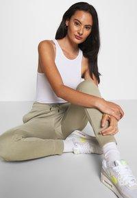 Nike Sportswear - Teplákové kalhoty - mystic stone/white - 3