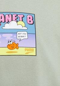 Puma - DOWNTOWN GRAPHIC TEE - Print T-shirt - desert sage - 2
