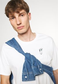 Levi's® - LEVI'S® X PEANUTS SUNSET POCKET TEE UNISEX - T-shirt imprimé - white - 3