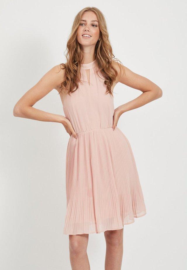 Sukienka koktajlowa - misty rose