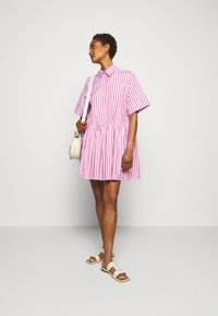 Victoria Victoria Beckham - A-LINE BROAD STRIPE SHIRT DRESS - Sukienka koszulowa - pink/white - 1
