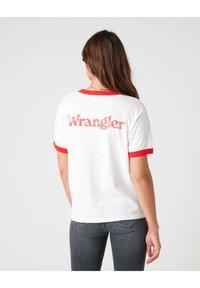 Wrangler - RELAXED RINGER - Print T-shirt - flame red - 2