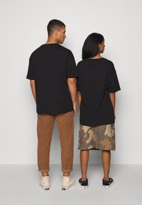 RETHINK Status - UNISEX - T-shirt med print - black - 2