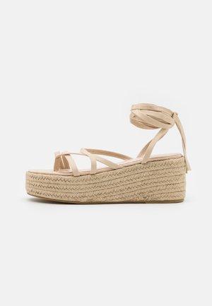 LINDSEY - Sandály s odděleným palcem - nude