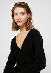 Forever New - MADELYN BELTED DRESS - Strickkleid - black - 4