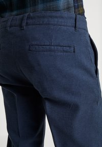 Redefined Rebel - ERCAN PANTS - Pantaloni - navy - 4