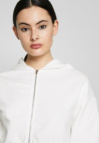 Nly by Nelly - CROPPED ZIP HOODIE - Zip-up hoodie - white - 3