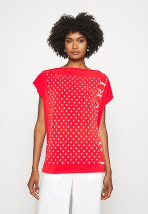 ANDRENITA - Print T-shirt - bright hibiscus/white