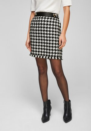 MIT HAHNENTRITT-MUSTER - Pencil skirt - black houndstooth