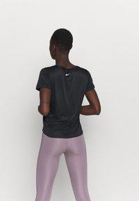 Nike Performance - RUN - T-shirts med print - black/reflective silver - 2